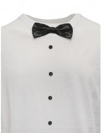 T-shirt bianca con papillon
